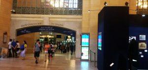 """A New York-i Grand Central Terminál Vanderbilt Csarnokában egy hónapig tekinthető meg a """"Brooks Brothers : 200 éves amerikai stílus"""" című kiállítás, ahol a kiállítás rendezői a márka az elmúlt két évszázadi történelmi archívumából válogattak érdekes darabokat. A nézelődők érdekes képet kaphatnak a férfi és a női divat elmúlt kétszáz évének történetéről."""